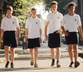 В этот раз мужские юбки организованно надели английские школьники